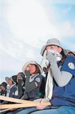 県内の熱中症搬送者が過去最多だった今夏。高校野球の応援も暑さとの戦いだった=7月18日、大分市の別大興産スタジアム