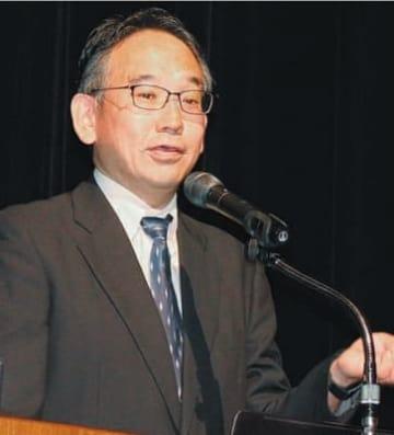 歩き方について説明する田中尚喜リハビリテーション士長