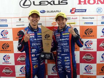 スーパーGT第6戦で完全優勝した山内英輝(左)、井口卓人(右)の両選手