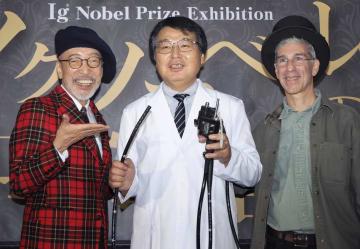 オープニングセレモニーに登場した(左から)テリー伊藤さん、堀内朗さん、マーク・エイブラハムズさん=東京都文京区