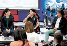 eスポーツの特徴や将来性を話し合う(左から)堀田さん、ジョニィさん、平方さん
