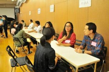 保護者会では相談ブースも設けられ、国際教室の卒業生が現役生徒たちの相談に応じた