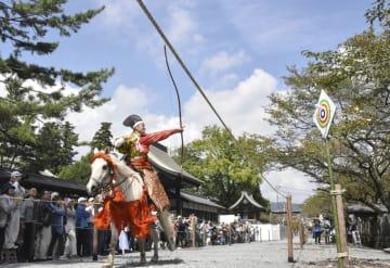 阿蘇神社の「田実祭」で奉納された流鏑馬=25日午後、熊本県阿蘇市