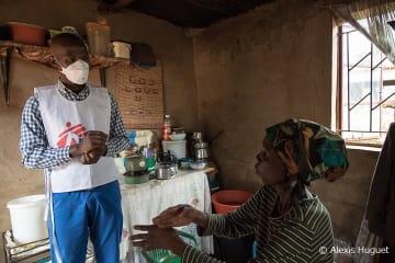 エスワティニ(旧スワジランド)のマンジニで多剤耐性結核とHIVに感染した患者を訪ねるMSFスタッフ。 治療薬の副作用で聴覚を失ったためジェスチャーで会話が行われる(2017年2月撮影)