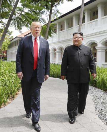 6月12日、初の米朝首脳会談で並んで歩くトランプ米大統領(左)と金正恩朝鮮労働党委員長=シンガポール(AP=共同)