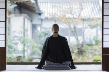 ピッツバーグ大学のDidem Kurt氏の研究によると、「信心深い人ほど衝動買いをせず、日用品に使うお金も節約する」のだとか。ここでの「信心深い」とは宗教に熱心なことですが、日本人は無宗教の人が多いとはいえ、この研究結果を活かすことで貯金を増やすことができるかもしれません