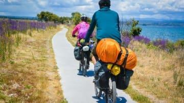 スピードを感じながら気持ちよく走れる自転車は、ウォーキングやジョギングとはまた違った爽快感が味わえるもの。しかも、速度や漕ぎ方などをちょっとだけ工夫をすればダイエット効果も期待できるのが魅力です。今回は、自転車によるダイエットで効果的に痩せる方法の数々をご紹介します。