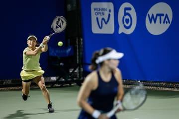 テニスの武漢オープン第3日、ダブルス2回戦で8強入りを果たした青山修子(左)とリジヤ・マロザワ=25日、武漢(ゲッティ=共同)
