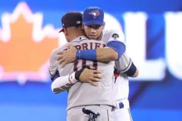 試合前に熱い抱擁を交わすグリエル兄弟【写真:Getty Images】
