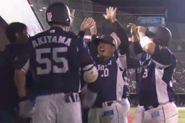9回、秋山(左)が逆転満塁アーチを放ち、大喜びの西武ナイン【画像:(C)PLM】