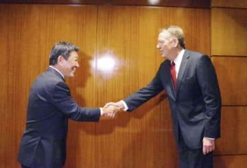 閣僚級の貿易協議を前に握手を交わす茂木経済再生相(左)とライトハイザー米通商代表=25日、米ニューヨーク(代表撮影・共同)