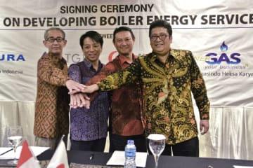エネルギー設備の効率化を目指し、ボイラーエネルギーサービス事業の相互協力協定を締結した東京ガスの中尾常務(左から2人目)ら関係者=25日、ジャカルタ(NNA撮影)