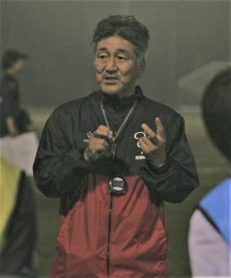 福井国体に向けて練習するサッカー女子チームを指導する吉武博文さん=杵築市