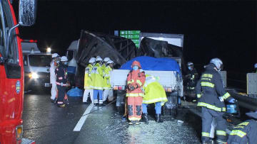 5台からむ事故で2人死亡 炎上車内に取り残される