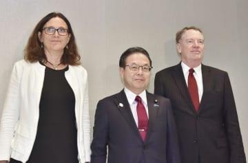 日米欧の貿易担当相会合で記念撮影に応じる世耕経産相(中央)ら=25日、米ニューヨーク(代表撮影・共同)