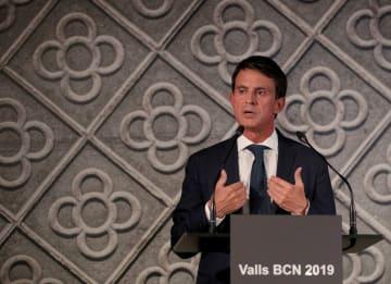 25日、スペイン・バルセロナで立候補を表明するフランスのバルス元首相(ロイター=共同)