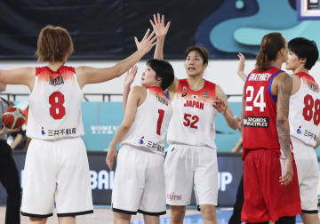 プエルトリコに勝利し、タッチを交わす宮沢(52)ら日本代表=テネリフェ(共同)