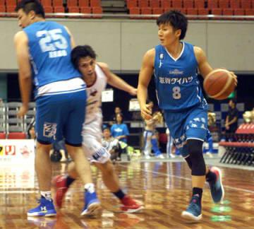 奈良戦でボールを運ぶ二ノ宮選手。左は荒尾選手。ともに今季レイクスに新加入した(7日、大阪市・エディオンアリーナ大阪)