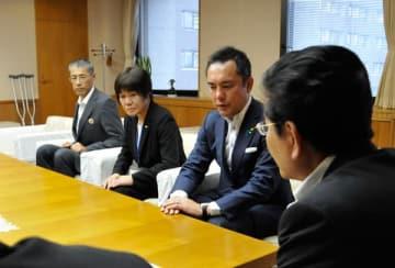 【前田議長(手前)に謝罪する鈴木知事(左から3人目)ら=三重県議会議事堂で】