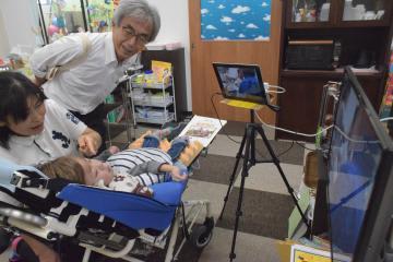 テレビ電話で授業に参加する訪問教育の児童=ひたちなか市高場