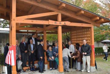 穀町西公園内に新設されたあずまや。一部には解体された仮設住宅の木材が使用されている
