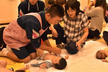 乳児の着替えに取り組む生徒=常陸大宮市北町