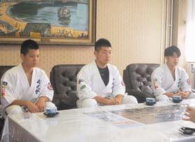 市長に大舞台への意気込みを語った(右から)西島、樋口、佐藤