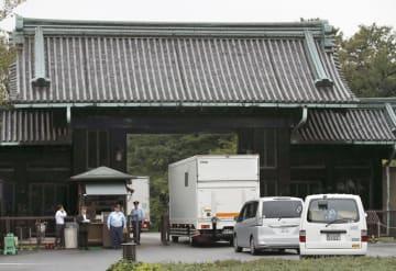 高御座のパーツを載せ、皇居に到着したトラック。後方は乾門=26日午前