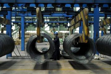 中国山東省青島の鉄鋼工場=6月(AP=共同)
