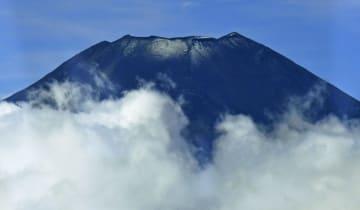 平年より4日、昨年より27日早く初冠雪した富士山。頂上部にうっすらと雪が見える=26日午前(共同通信社ヘリから)