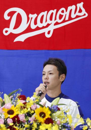 引退表明の記者会見をする中日の浅尾拓也投手=26日、ナゴヤドーム