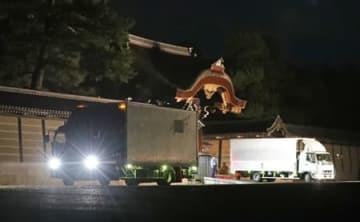 高御座を皇居へ搬送するため京都御所の建春門を出るトラックの車列(25日午後11時1分、京都市上京区)