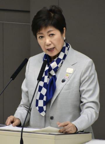 東京都議会定例会の本会議で答弁する小池百合子知事=26日午後