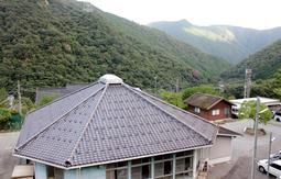 都会から離れ、自然豊かな山村にある生野学園の校舎=朝来市生野町