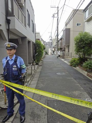 規制線が張られた、事件があったアパートの周辺=26日午前、東京都文京区