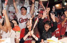 セ・リーグ3連覇達成を見届け、歓喜に沸くカープファン=26日夜、神戸市長田区久保町3