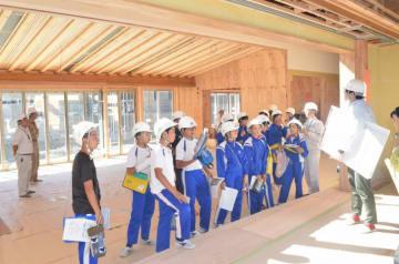 建設中の新校舎を見学する気仙小の6年生