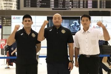 セルビアへ向かったグレコローマン重量級チーム。左から角雅人、園田新、鶴巻宰コーチ=チーム提供
