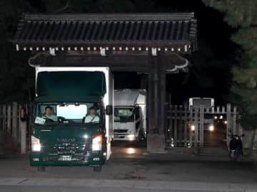 京都御苑を出発する高御座を積んだ車列(25日午後11時3分、京都市上京区・蛤御門)