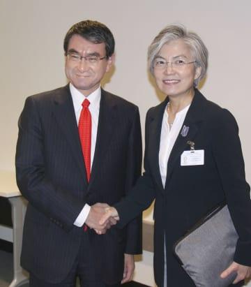 会談前に握手する河野外相(左)と韓国の康京和外相=26日、米ニューヨーク(共同)