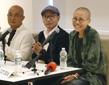 座談会で笑顔を見せる劉霞さん(右)=26日夜、米ニューヨーク