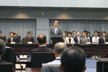 検察長官会同で訓示する稲田伸夫検事総長(中央)=27日午前、法務省