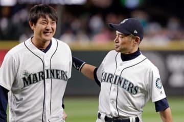 始球式を行ったマリナーズ・岩隈久志(左)と捕手役を務めたイチロー【写真:AP】