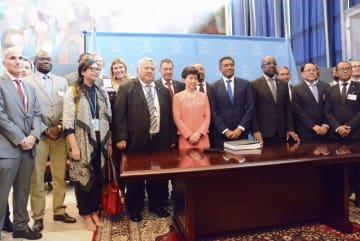 26日、国連本部で開かれた核兵器禁止条約の式典に出席した関係者たち。前列右から5人目は中満泉事務次長=ニューヨーク(共同)