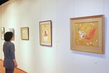本県出身の画家が手掛けた作品が並ぶ移動美術館=新潟市江南区