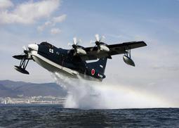 海面から離水する救難飛行艇「US-2」(新明和工業提供)