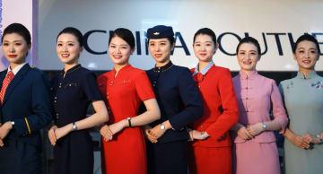 中国南方航空、一般開放日に客室乗務員制服ショー