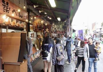 観光客らでにぎわう「築地場外市場」=27日午前、東京都中央区