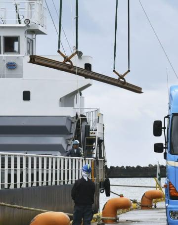金沢港で陸揚げされる、石川県内の北陸新幹線に敷設されるレール=27日午後、金沢市