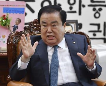 共同通信と単独会見する韓国国会の文喜相議長=27日、ソウルの国会議事堂(共同)